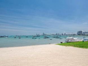 Siam Bayshore Resort and Spa Pattaya - Beach infront of hotel