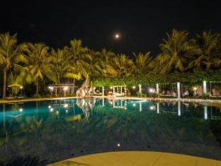 Ree Hotel Siem Reap - Poolside View at night