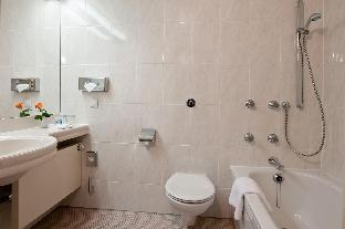 Maritim Hotel Magdeburg guestroom junior suite
