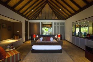 Velassaru Maldives Resort guestroom junior suite