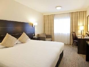 DoubleTree by Hilton London Heathrow Airport guestroom junior suite