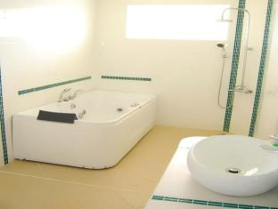 Sherwood Bay Aqua Resort & Dive School Panglao Island - Family Executive Suite Bathroom