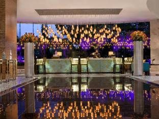 Marriott Hotel Manila Manila - The focal point of the hotel lobby. Its unique zones and seating transforms the lobby from a place to transit to the place to be.