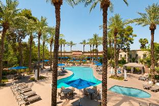 Front view of Hilton Scottsdale Resort & Villas