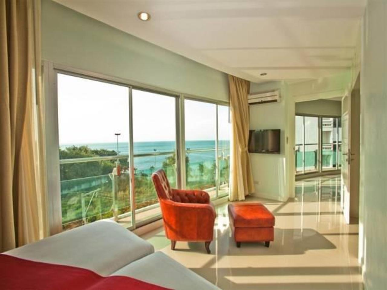 โรงแรมรอยัล บีชวิว (Royal Beach View Suites)