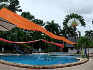 The Ritz Hotel at Garden Oases Davao City - Piscina