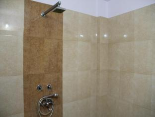 Hotel Airport City New Delhi and NCR - Deluxe Room Bathroom