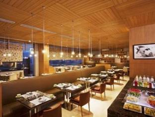 DoubleTree by Hilton New Delhi – Noida – Mayur Vihar New Delhi and NCR - Cafe on 3