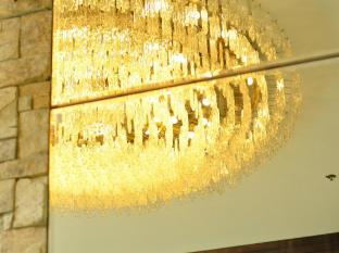 The Cocoon Boutique Hotel Manila - Murano Chandelier at Lobby