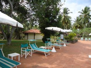 Tamarind Tree Hotel Negombo - Pool Area