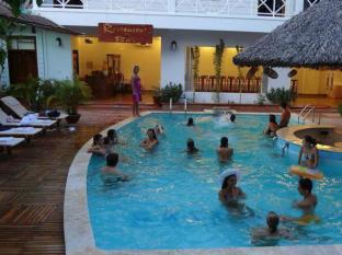 Satisfy Hotel Chau Doc (An Giang) - Swimming pool by restaurant & bar