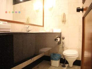 The Hans Hotel New Delhi and NCR - Bathroom