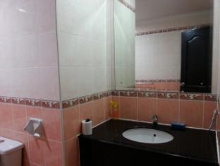 Malaysia Hotel Accommodation Cheap | Marina Court Vacation Home Kota Kinabalu - Bathroom master bedroom