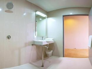 Red Planet Hotel Asoke Bangkok Bangkok - Bathroom - Disabled room