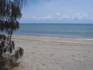 Beachside Holiday Units Whitsunday Islands - Beach for exploring