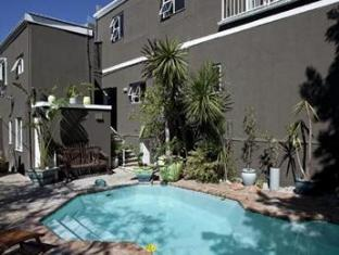 The B.I.G Backpackers Cape Town - Pool Area