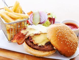 Courtyard By Marriott Hong Kong Sha Tin Hotel Hong Kong - MoMo Cafe - Signature Marriott Burger