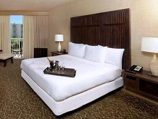 Front view of Hilton La Jolla Torrey Pines Hotel