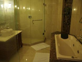 The Uppal - An Ecotel Hotel New Delhi and NCR - Deluxe Bathroom