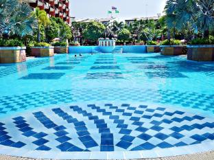 Lek Villa Pattaya - Split level swimming pool