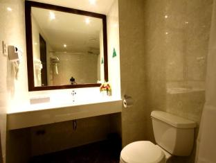 Mandarin Plaza Hotel Cebu - Bathroom