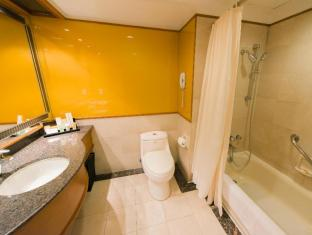Sintra Hotel Macau - Family Room Bathroom