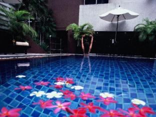 FuramaXclusive Sukhumvit Hotel Bangkok - Swimming Pool