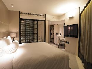 Naumi Hotel guestroom junior suite
