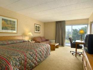 Ramada Inn Bradley Hotel Windsor Locks (CT) - Guest Room