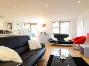 Veeve  OpenPlan 2 Bed 2 Bath Apartment Lacy Road Putney