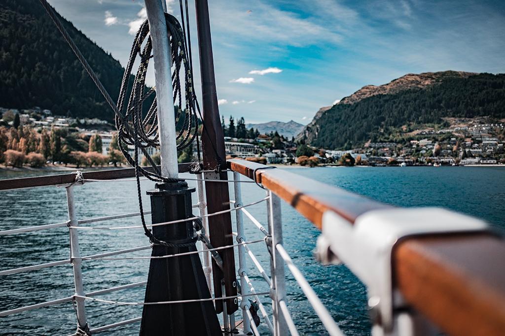 Luxury Home With Panoramic Lake Wakatipu And Mountain Views