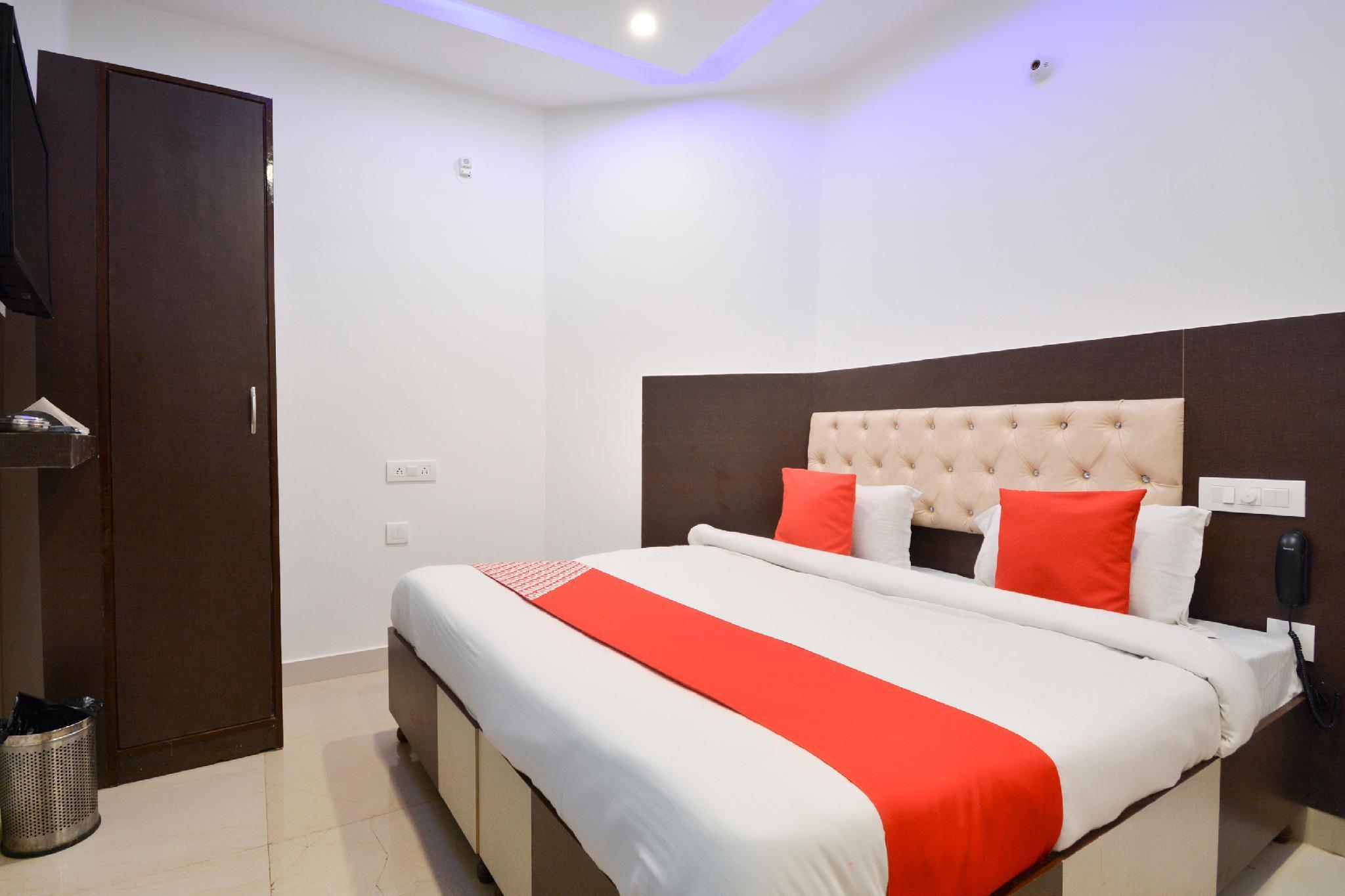 OYO 65425 Hotel Red Hut