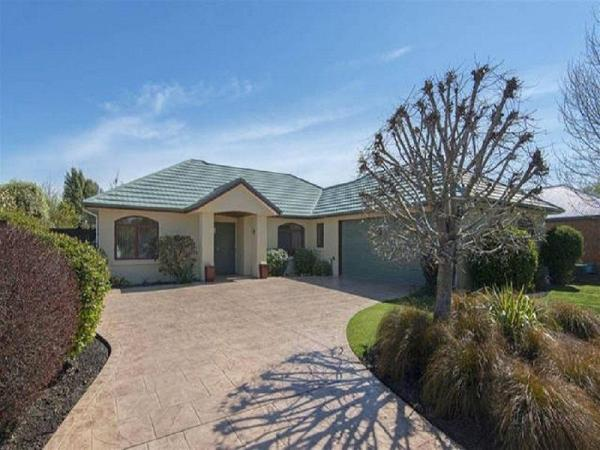 Lovely Peaceful Home By The Lake Christchurch