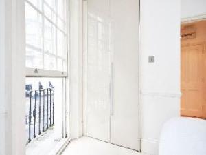Uber Historic Light and Lofty Apartment