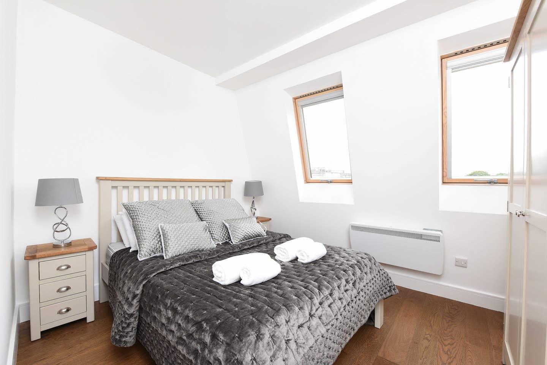 Balcony 2 Bed Apt near Clapham Junction Station