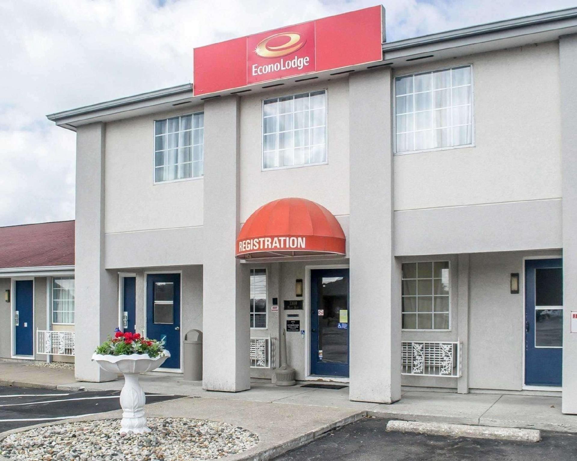 Econo Lodge  Inn & Suites South