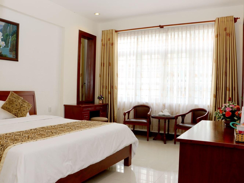 City Hotel – 18 Luu Van Lang St. 3
