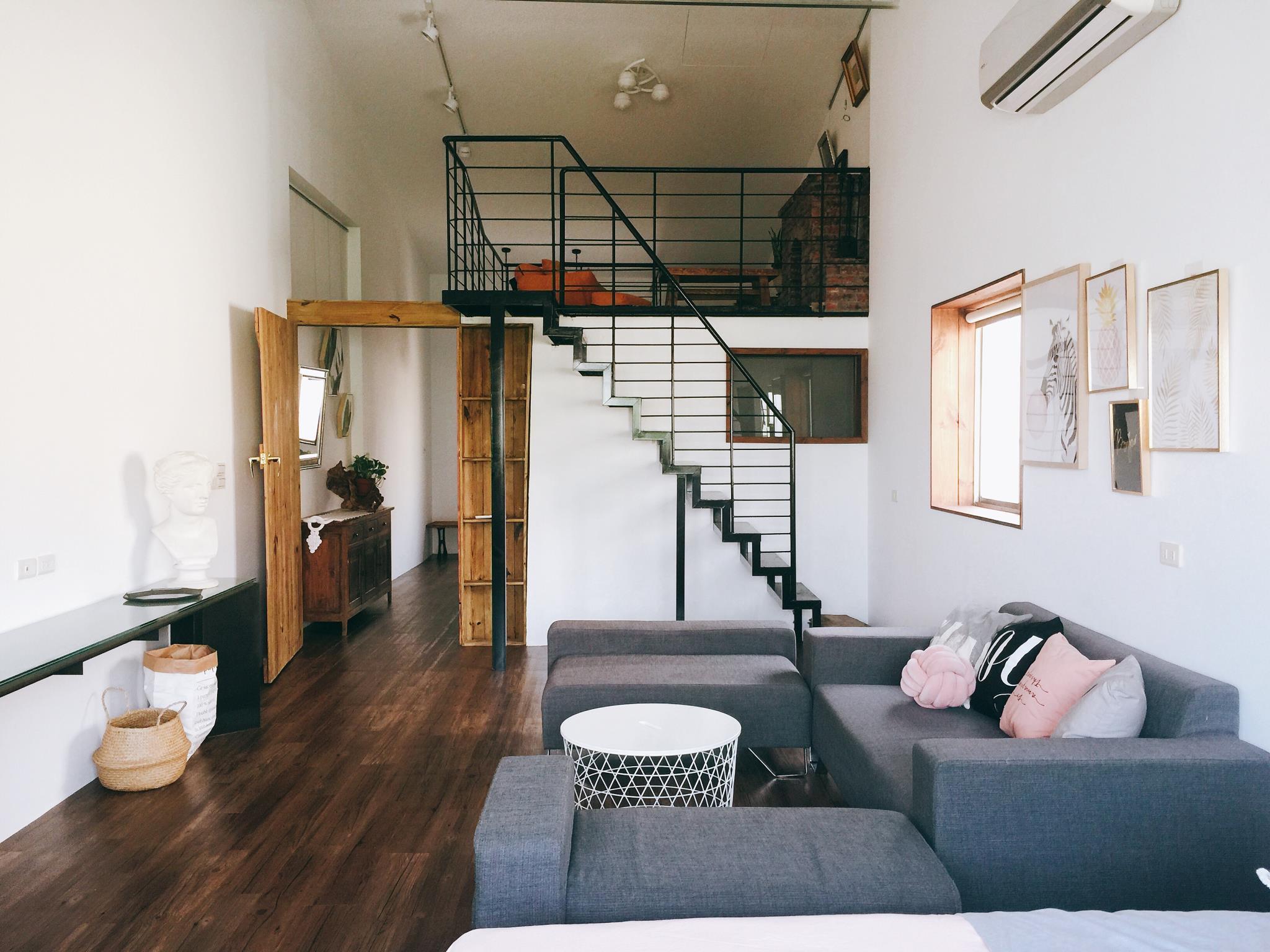 Whole 3rd Floor Of Row House  Include Attic