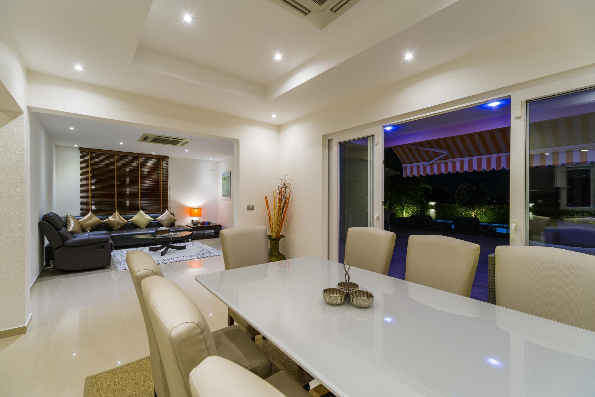 Price Luxury Pool Villa 604 / 4 BR 8-10 Persons