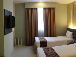 Pose In Hotel Solo