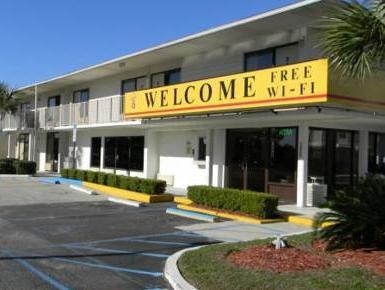 Super 6 Inn And Suites Pensacola