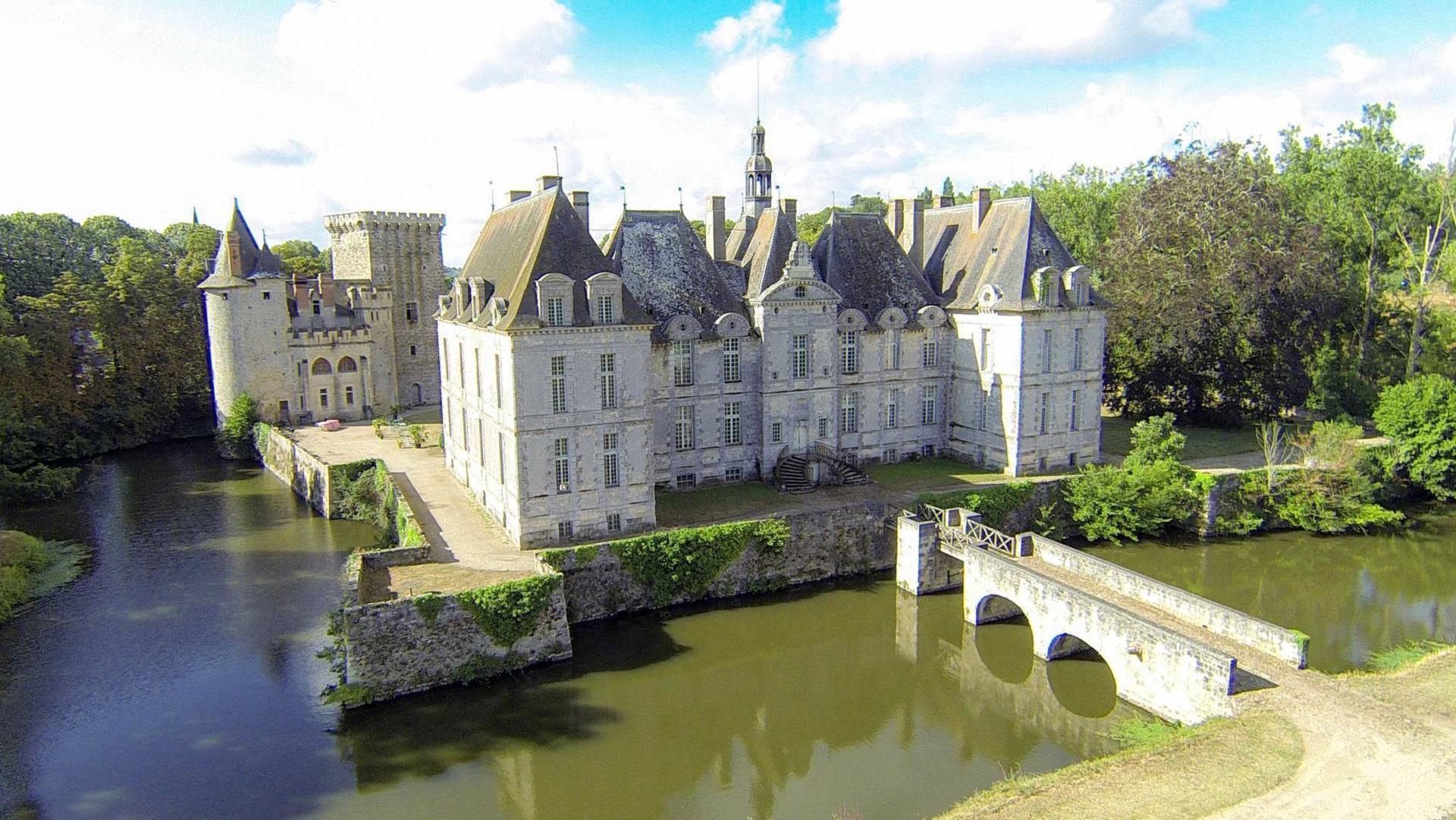 Chateau De Saint Loup Guest House