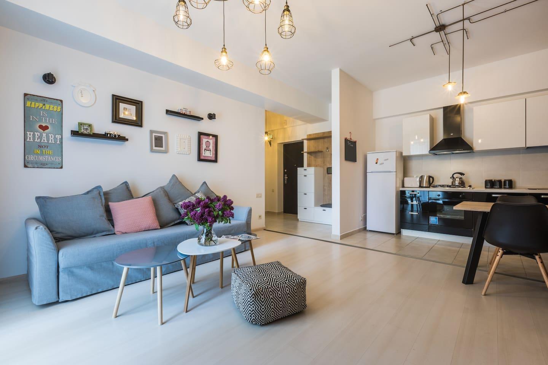 Modern City Center   Sunny Apartment Fast WiFi
