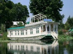 Moonshine Group of Houseboats