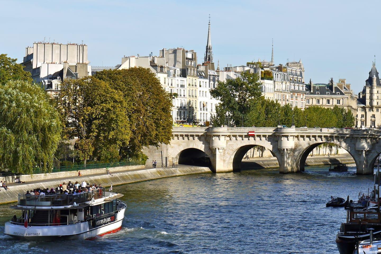 NOTRE DAME Marais Pompidou Luxury 2 Bed 2 Bath