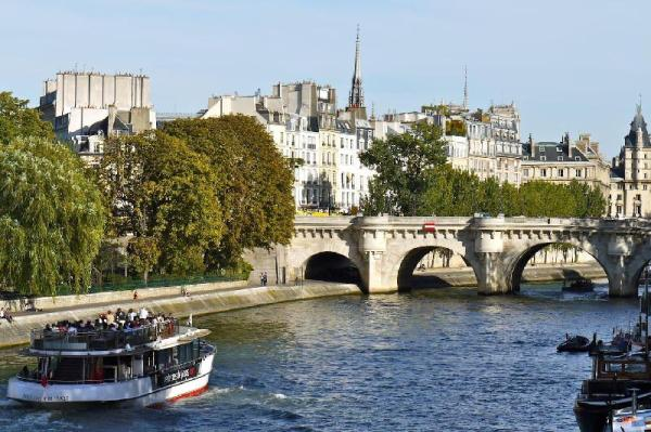 NOTRE DAME Marais Pompidou Luxury 2 Bed 2 Bath Paris
