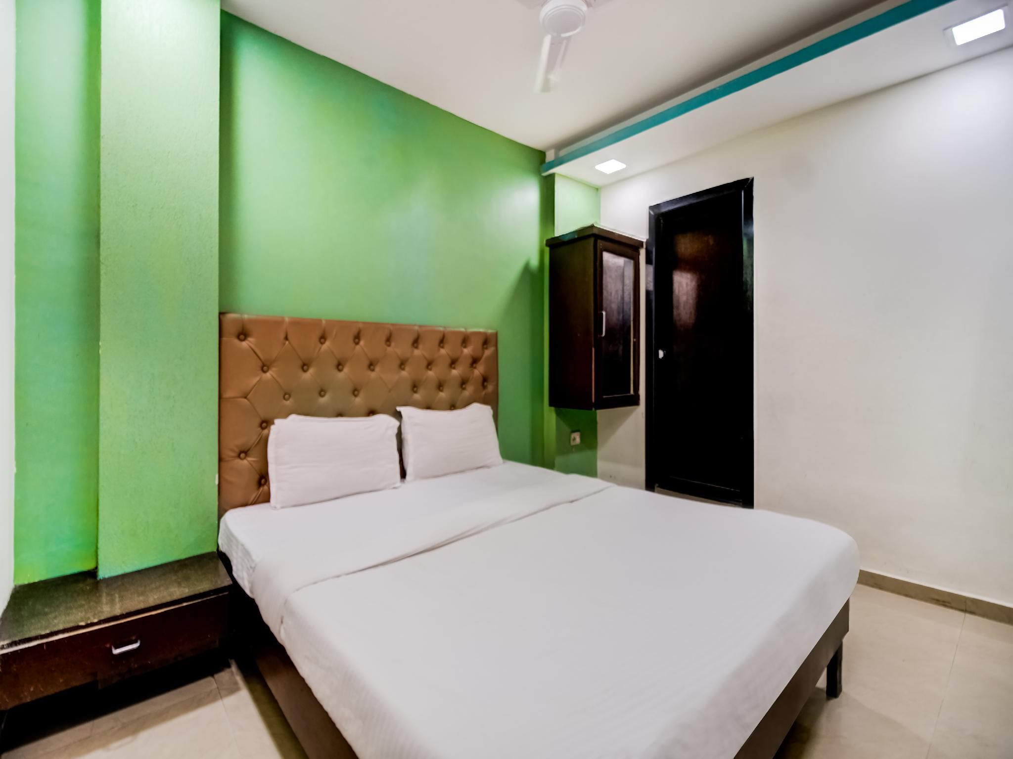 SPOT ON 36061 Om Residency