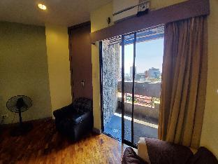 picture 5 of Large Manila studio in Malate balcony sea view wif