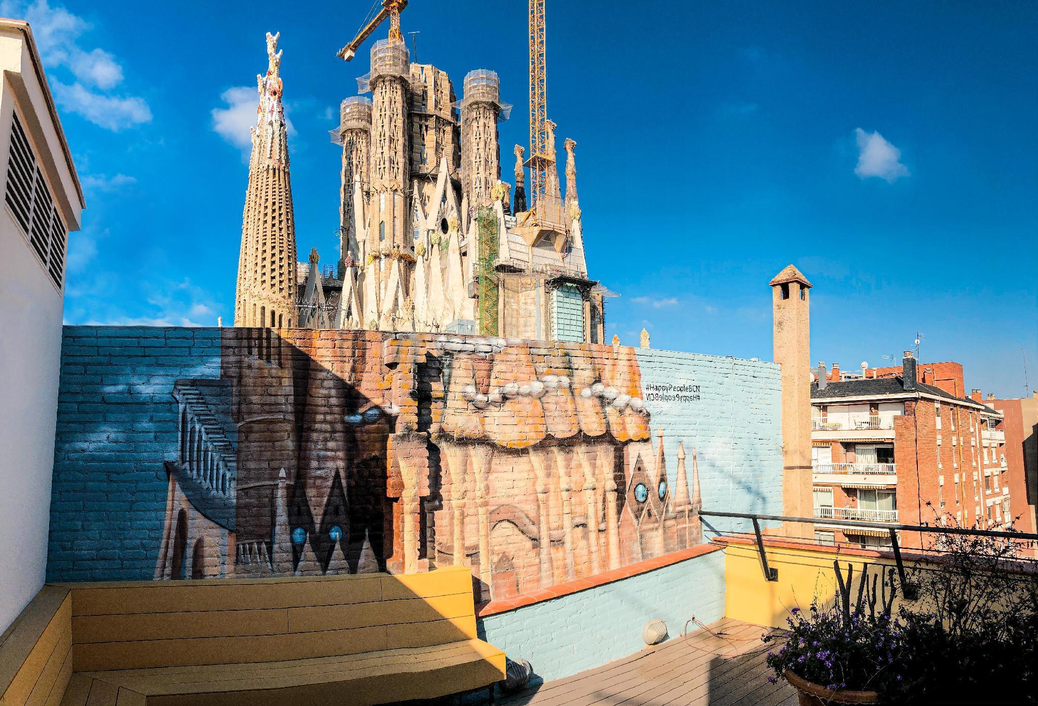 Happy People Sagrada Familia Gaudi Apartments