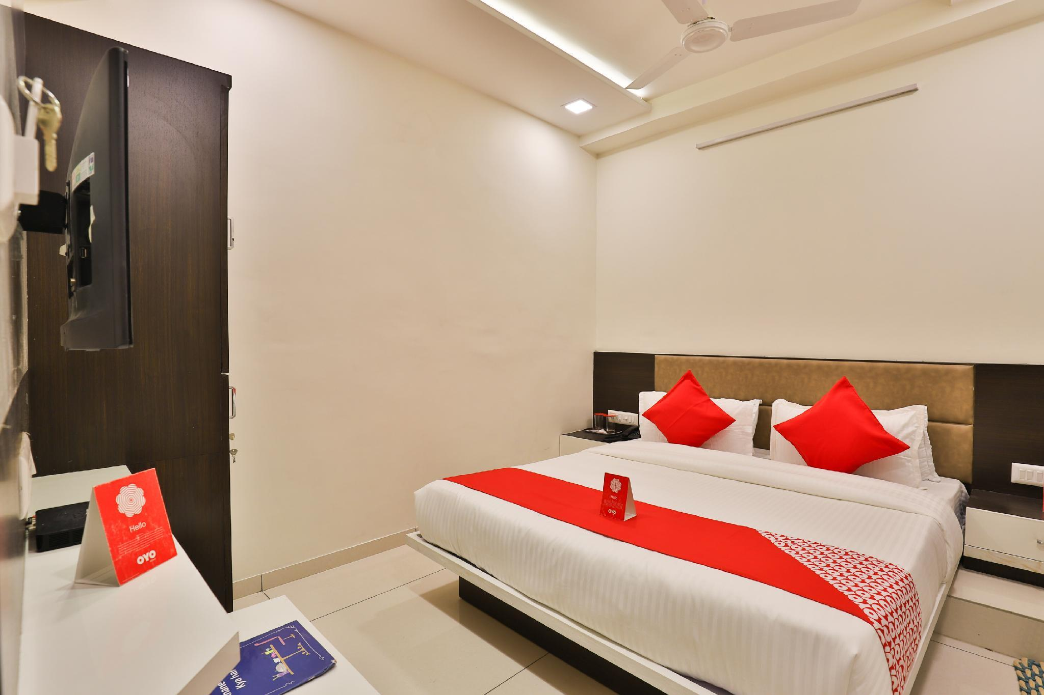 OYO 13033 Hotel Raadhe